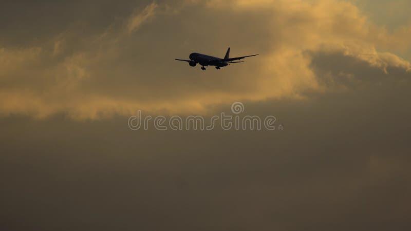 Boeing 777 av Federal Express Fedex flygbolag som att närma sig till flygplatsen royaltyfri bild