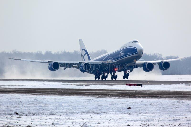 Boeing B-747-800 VQ-BLQ av flygbolag för luftbrolast som tar av på Domodedovo den internationella flygplatsen arkivfoton