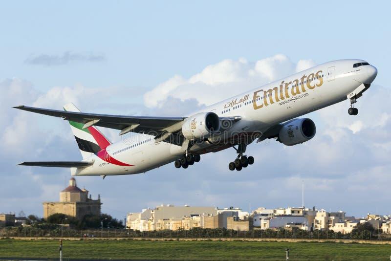 Boeing 777-300 che decolla immagini stock libere da diritti