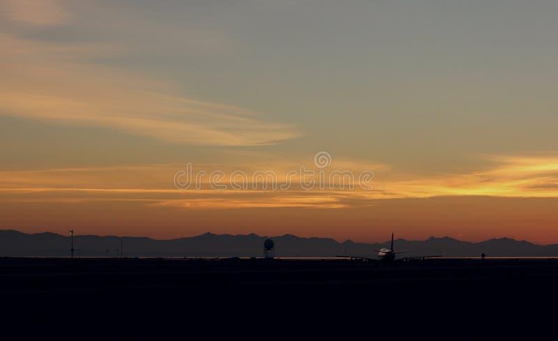 Boeing 747 contre le coucher du soleil images libres de droits