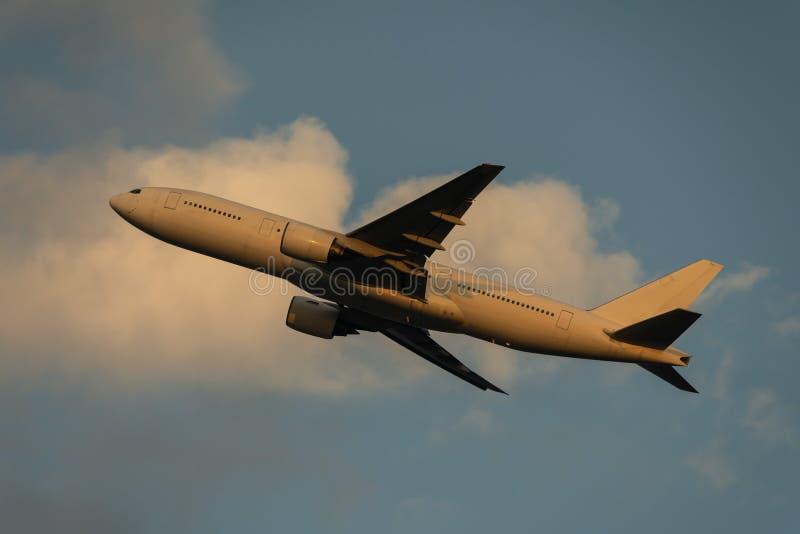 Boeing 777-200 décollant au crépuscule images libres de droits