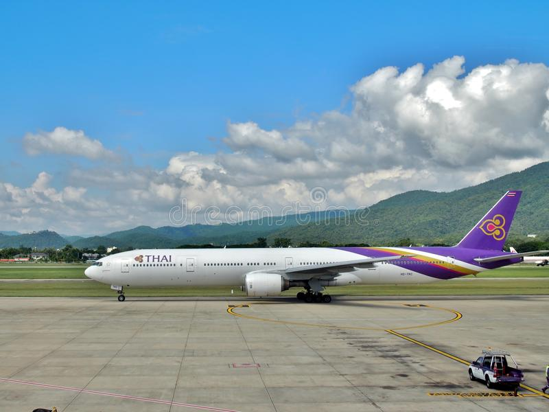 Boeing 777-3D7 των ταϊλανδικών εναέριων διαδρόμων στον αερολιμένα Chiangmai στοκ εικόνες