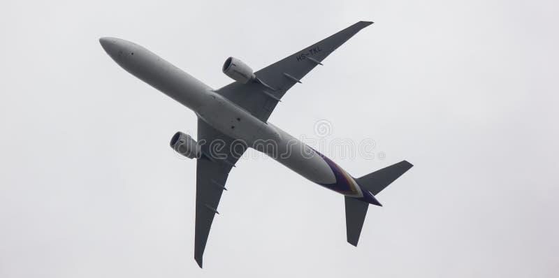Boeing 777-300 de voie a?rienne tha?landaise images libres de droits