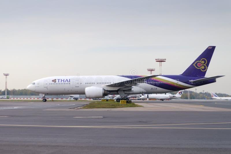 Boeing 777-300 die in Domodedovo taxi?en arport royalty-vrije stock foto