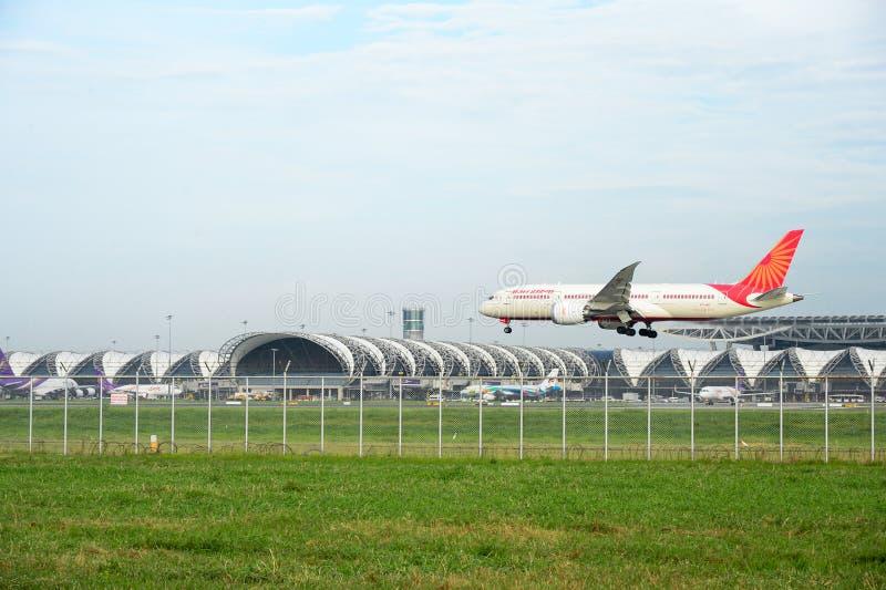 Boeing 787-8 Dreamliner VT-ANI da Air India desembarcando no aeroporto internacional de suvarnabhumi, em Bangkok, Tailândia imagem de stock