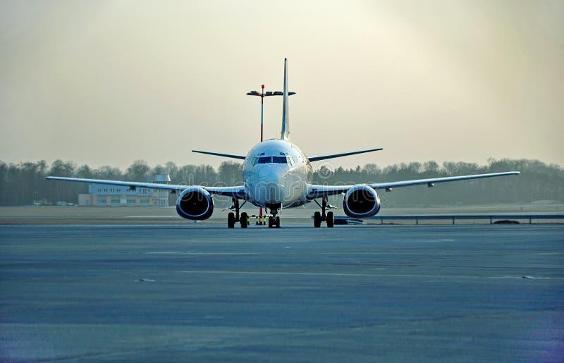 Boeing en la pista imagen de archivo