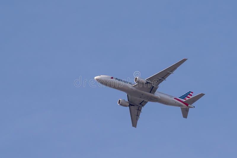 Boeing 777-223 ER av American Airlines i flykten arkivfoto