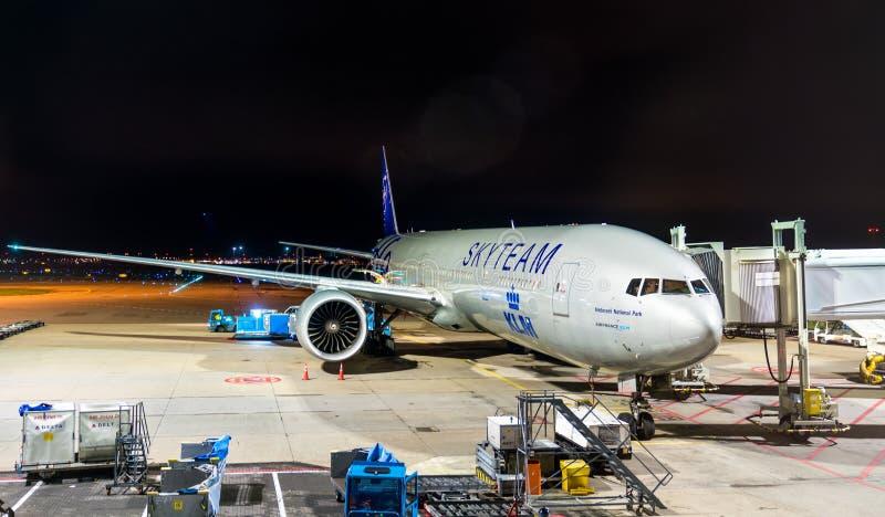 Boeing 777-306ER av KLM parkerade på en port av den Amsterdam flygplatsen Schiphol i Nederländerna fotografering för bildbyråer