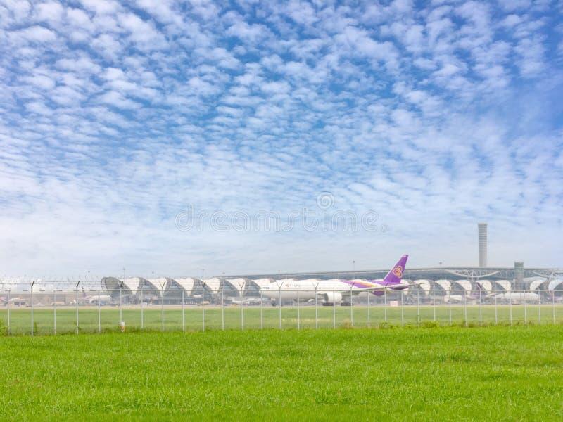 Boeing 777-300ER d'IE de Thai Airways se préparant à décollent à l'aéroport de Suvarnabhumi avec le fond de ciel bleu 12 février  images libres de droits