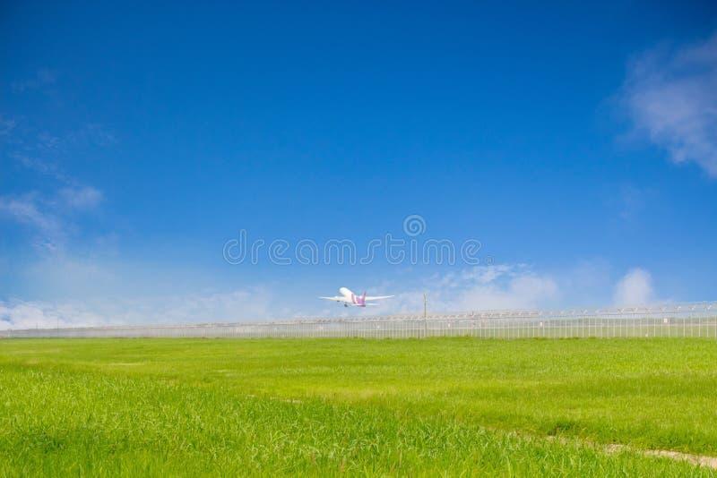 Boeing 777-300ER d'IE de Thai Airways se préparant à décollent à l'aéroport de Suvarnabhumi avec le fond de ciel bleu 12 février  photos stock