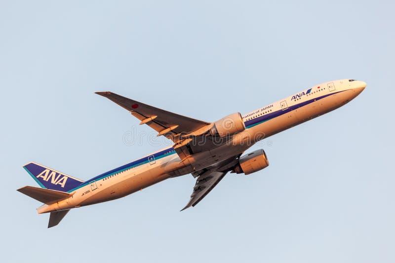 Boeing 777-300ER de All Nippon Airways foto de stock royalty free