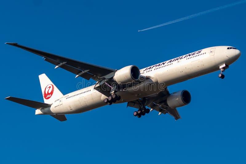 Boeing 777-346ER ha funzionato da atterraggio di Japan Airlines fotografia stock