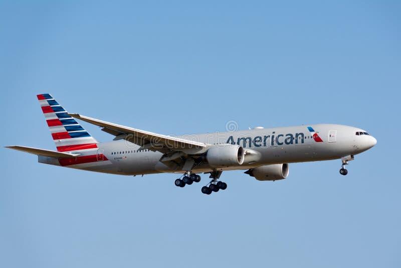 Boeing 777-223 ER von American Airlines-Landung stockfotografie