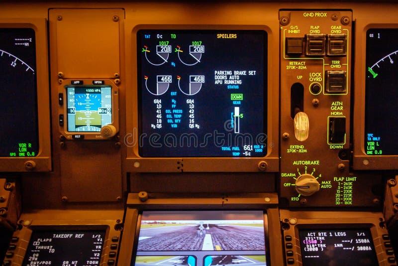 Boeing 777 esposizioni della cabina di pilotaggio quadro portastrumenti fotografia stock libera da diritti