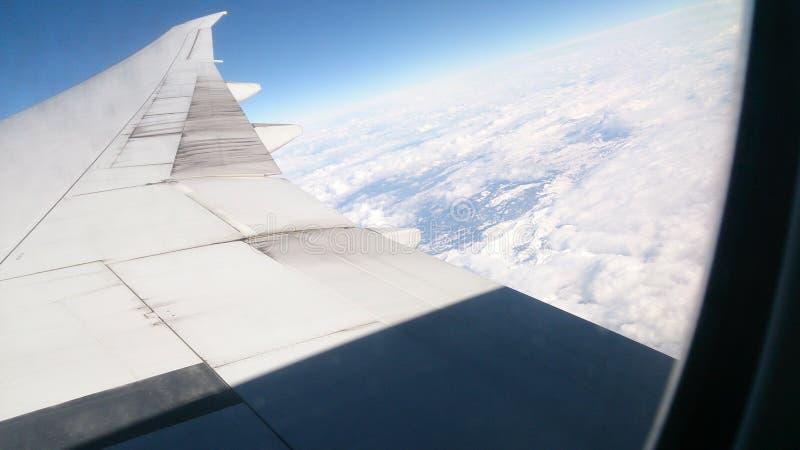 Boeing-Flügel über den Wolken lizenzfreies stockfoto