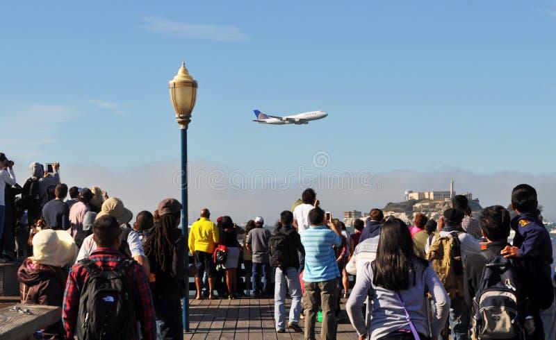 Boeing 747 flyger på en låg höjd arkivfoto