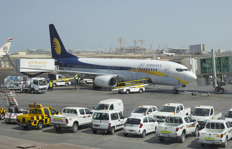 Boeing 737 folgender Gen Jet Airways in Abu Dhabi lizenzfreies stockfoto