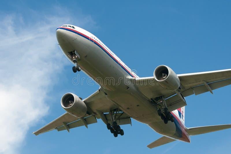 Boeing 777-2H6 (ER) alista para aterrizar imagenes de archivo