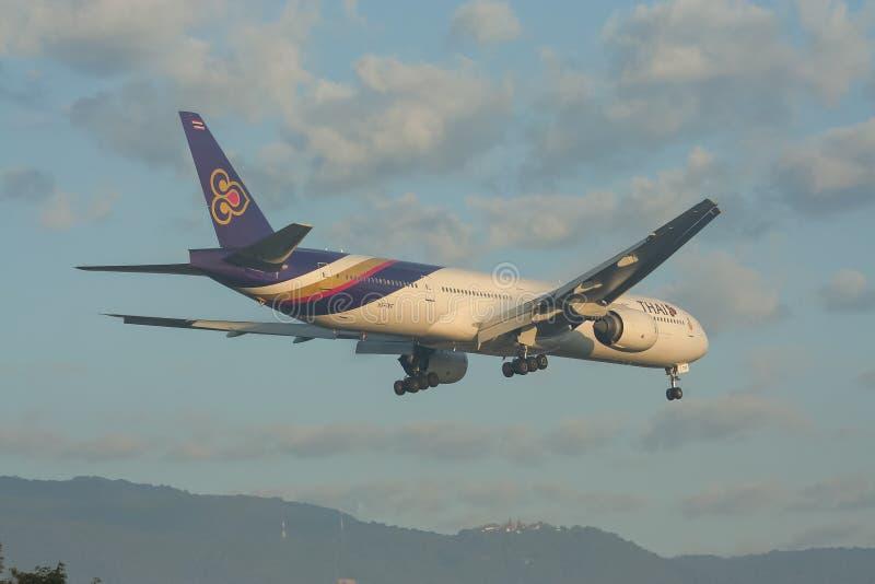 Boeing 777-300 HS-TKF von Thaiairway lizenzfreies stockfoto