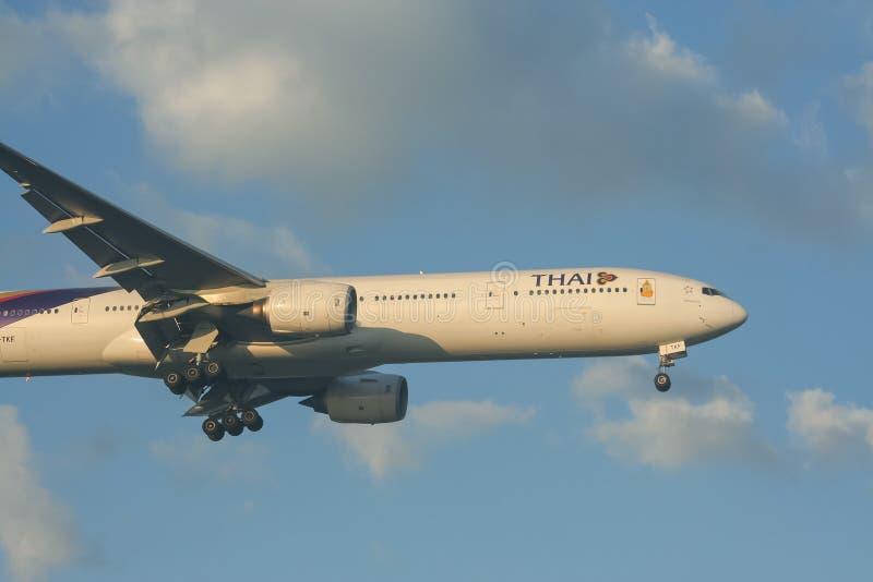Boeing 777-300 HS-TKF von Thaiairway lizenzfreie stockfotografie