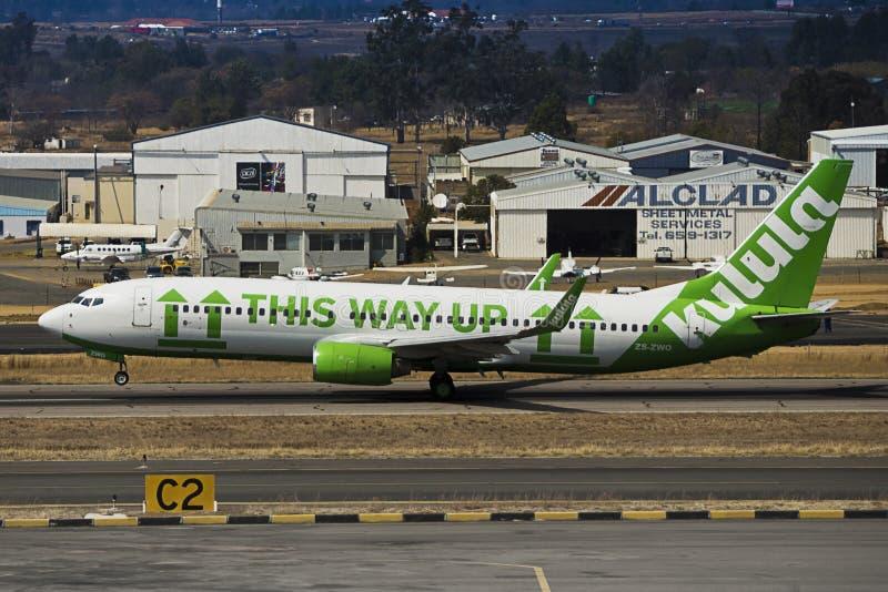 Boeing 737-8K2 (WL) - decolagem - aeroporto de Lanseria fotografia de stock