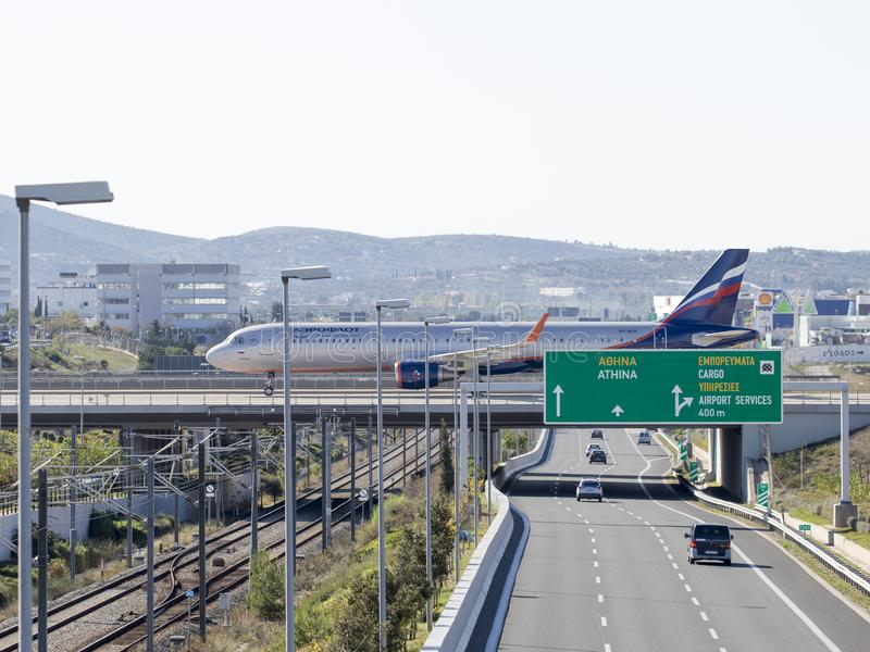 Boeing 737 5L9 sur le pont à l'aéroport, Athènes images libres de droits