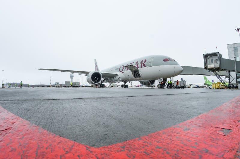 Boeing 787 lignes aériennes de Qatar Airways, aéroport Pulkovo, Russie, St Petersburg le 19 décembre 2017 photographie stock libre de droits