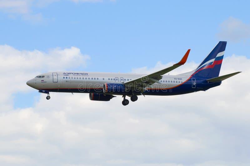 Boeing 737-8LJ ` M Schepkin ` VQ-BWE Aeroflot firma przed lądować przy Pulkovo lotniskiem zdjęcie royalty free