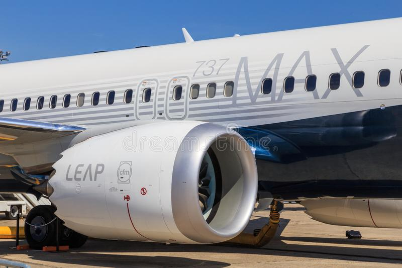 Boeing 737 max med hoppar motorn royaltyfria bilder
