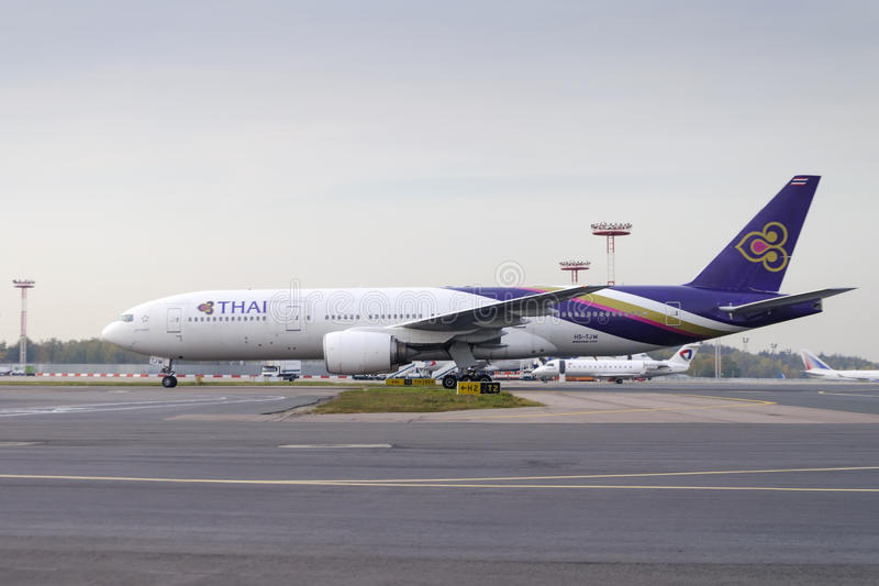 Boeing 777-300 mit einem Taxi fahrend an Domodedovo-arport lizenzfreies stockfoto