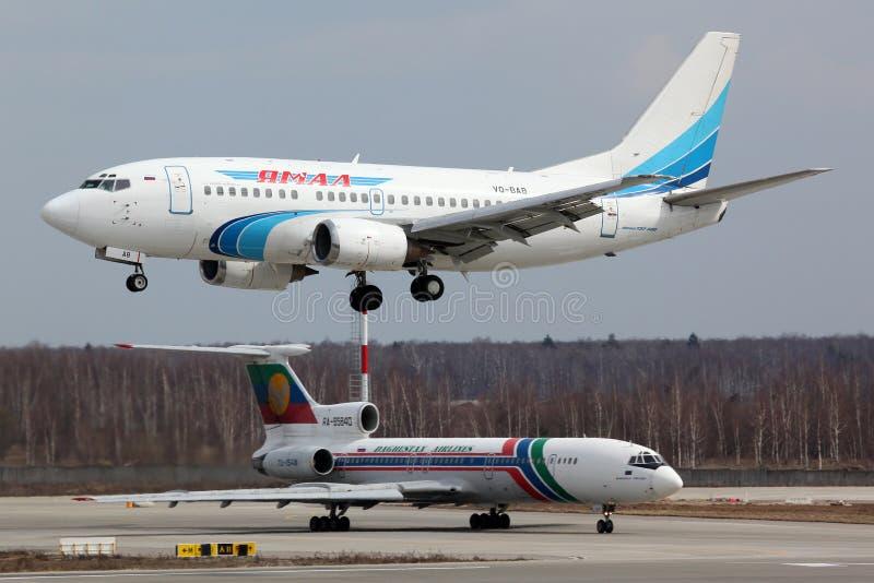 Boeing 737-56N VQ-BAB av Yamal flygbolag som landar på Domodedovo den internationella flygplatsen arkivfoto