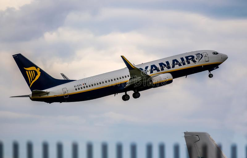 Boeing 737 NG / Max - Ryanair - Aeropuerto Henri Coanda, Otopeni, Rumania imagen de archivo