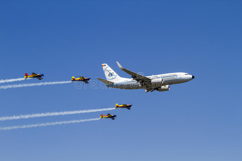 Boeing 737 przy Bucharest zawody międzynarodowi pokazem lotniczym obraz royalty free