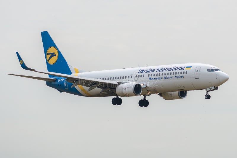 Boeing 737-8Q8 dat door Ukraine International Airlines bij het landen in werking wordt gesteld stock afbeeldingen