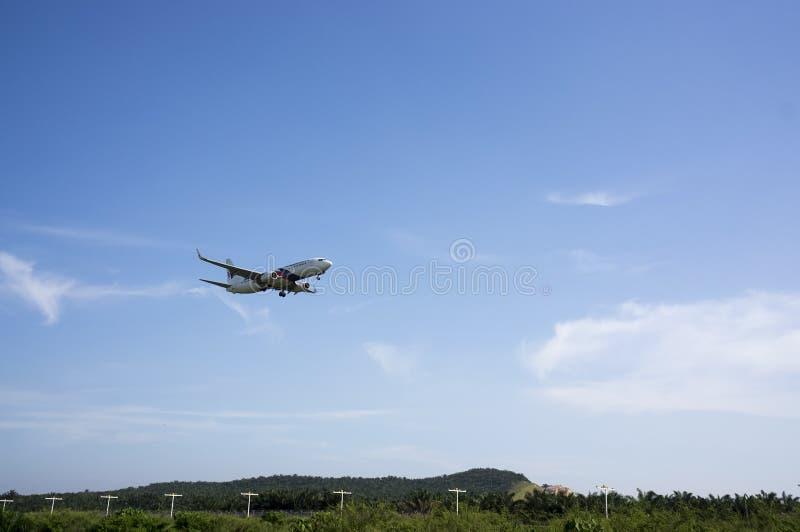 Boeing 737 som är klar för att landa royaltyfri fotografi