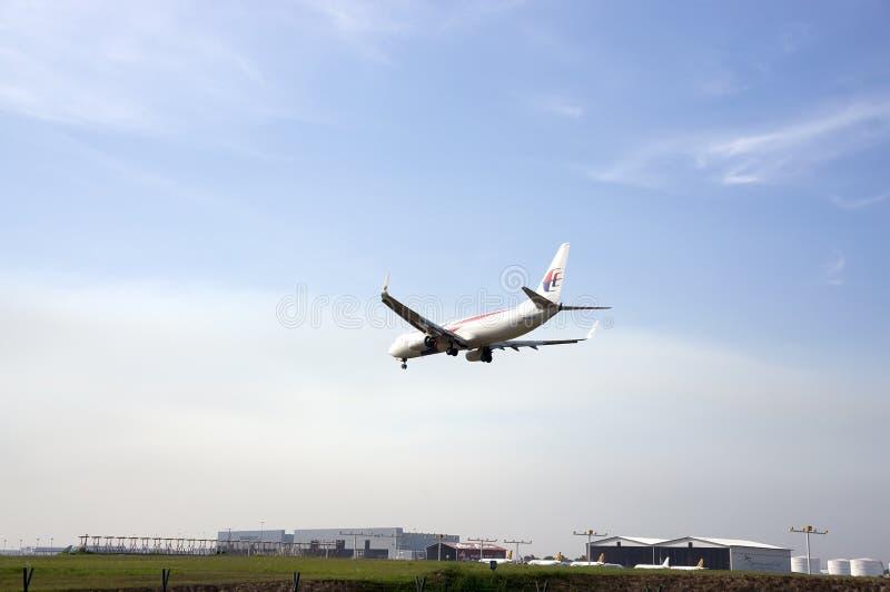 Boeing 737 som är klar för att landa arkivfoto