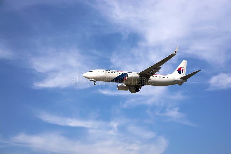 Boeing 737 som är klar för att landa arkivbild
