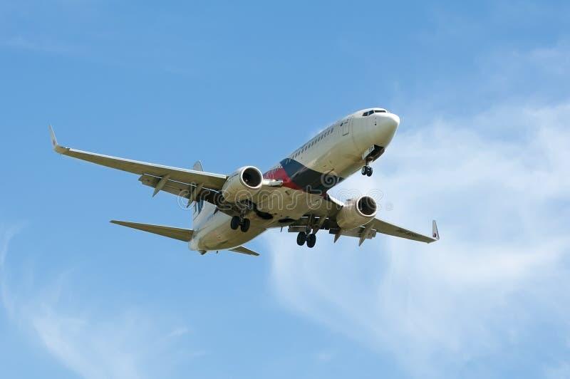 Boeing 737 som är klar för att landa fotografering för bildbyråer