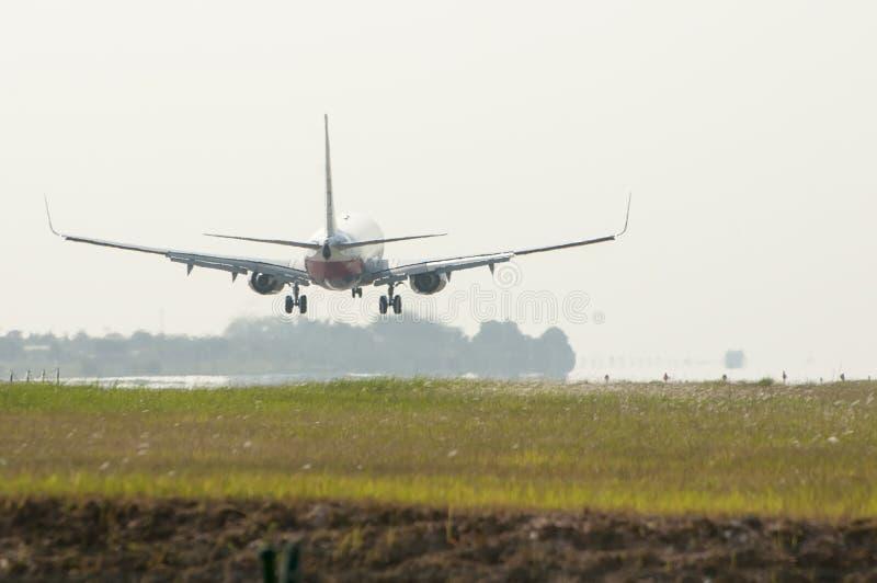 Boeing 737 som är klar för att landa royaltyfria foton