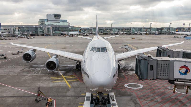 Boeing 747 som är klar för pushback på den Frankfurt flygplatsen royaltyfria foton