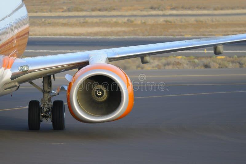 Boeing 737-800 som parkeras på flygplatsen arkivfoton