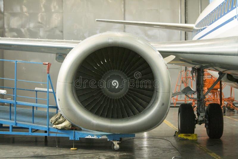 Boeing 737 sur l'entretien dans le hangar photos libres de droits