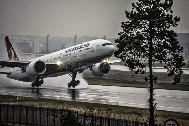 Boeing 777 Turkish Airlines die van Istanboel opstijgen stock foto