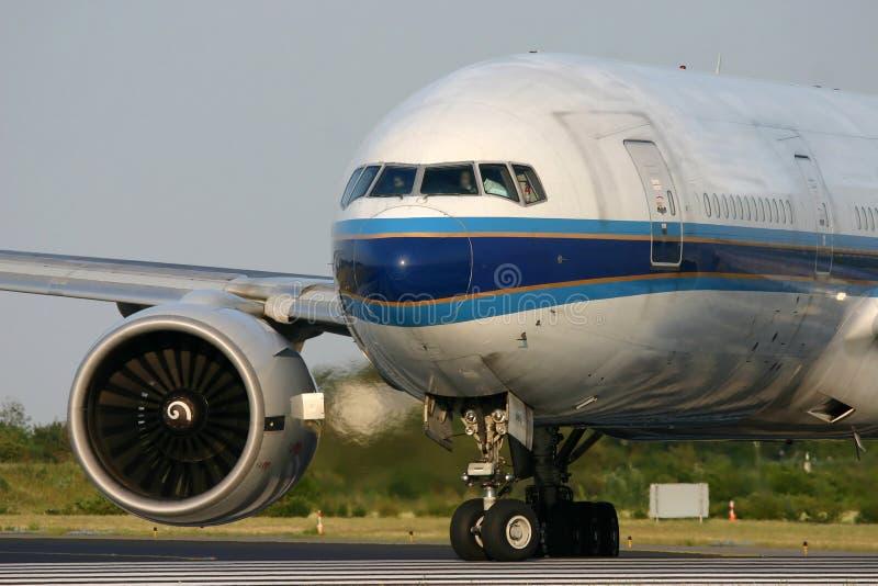 Boeing 777 uszeregowywa na pasie startowym zdjęcia stock