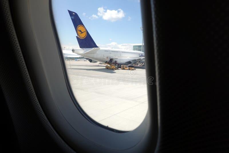Boeing-vliegtuigen van Lufthansa-mening van vliegtuigvenster stock afbeeldingen