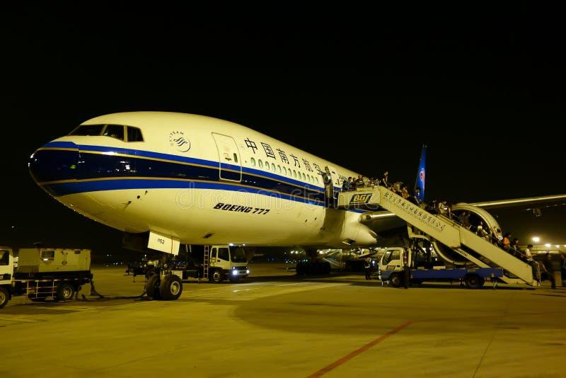 Boeing 777 w Chengdu Shuangliu lotnisku międzynarodowym zdjęcia stock