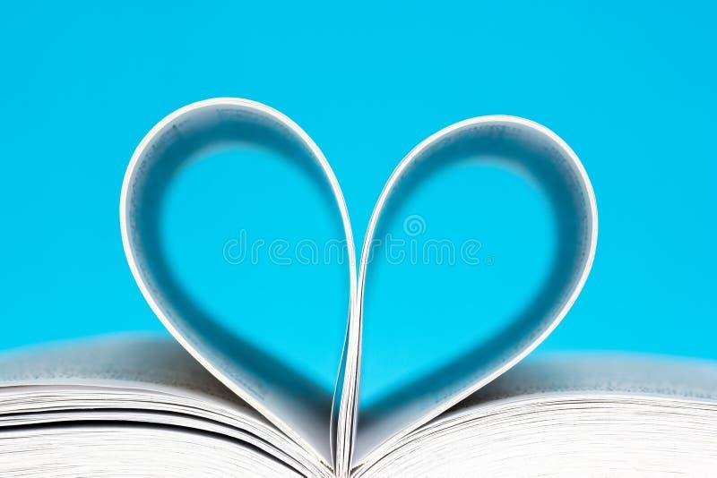 Boek in een hartvorm die wordt gebogen stock foto's