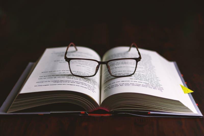 Boek en bril royalty-vrije stock foto's