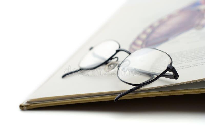 Boek en een paar glazen royalty-vrije stock afbeeldingen