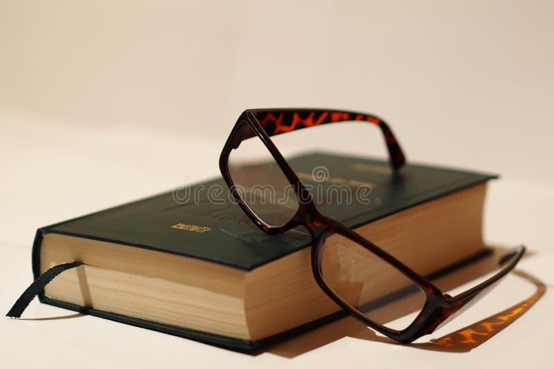 Boek en glazen royalty-vrije stock foto's